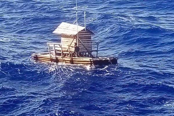 Sopravvive su una zattera per 49 giorni nell'Oceano Pacifico