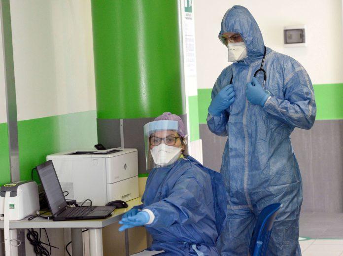 Coronavirus Napoli, paziente sputa contro infermieri